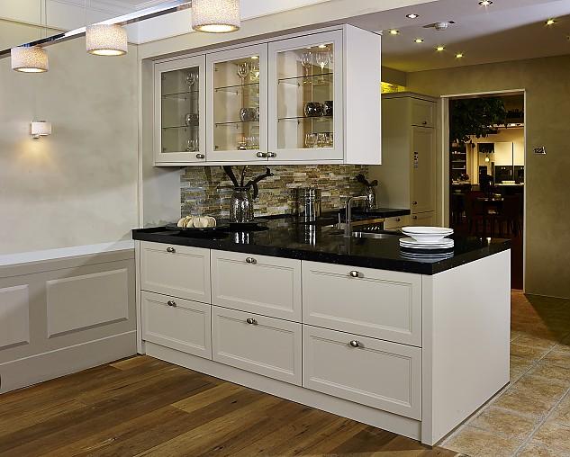 sch ller musterk che sch ne landhausk che mit halbinsel. Black Bedroom Furniture Sets. Home Design Ideas