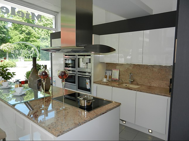 nobilia musterk che absolut premium echt lack magnolia hochglanz grifflos mit granit. Black Bedroom Furniture Sets. Home Design Ideas