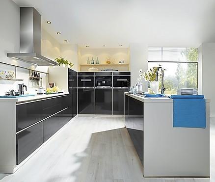Moderne grifflose Inselküche mit schwarzer Hochglanz-Front