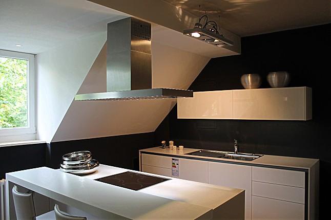 hausmarke musterk che selektion k3 2810 741 wei mit 2560 430 schwarz in dezenter griffloser. Black Bedroom Furniture Sets. Home Design Ideas