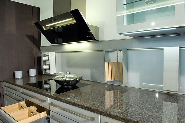 next125 musterk che next 125 hochglanzlackk che mit granitplatte ausstellungsk che in maisach. Black Bedroom Furniture Sets. Home Design Ideas