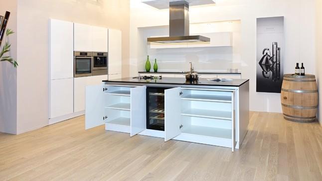 sch ller musterk che grifflose luxus k che in kristallwei. Black Bedroom Furniture Sets. Home Design Ideas