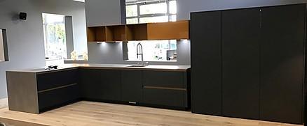 Grifflose moderne L-Küche mit gelben Oberschränken