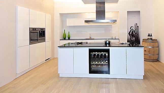 Schüller-Musterküche Grifflose Luxus-Küche in Kristallweiß Hochglanz ...