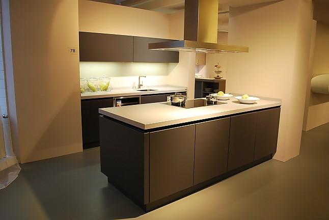 sch ller musterk che moderne designk che als insell sung in lavaschwarz ausstellungsk che in. Black Bedroom Furniture Sets. Home Design Ideas