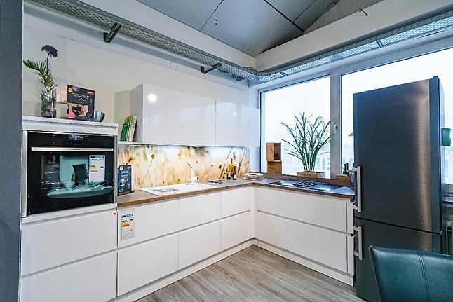 Schüller pienza plus schichtstoff hochglanz kristallweiß grifflose weiße hochglanz l küche mit hochwertigen neff geräten und muldenlüfter