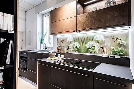 Küche mit Rückwand in modernem Design