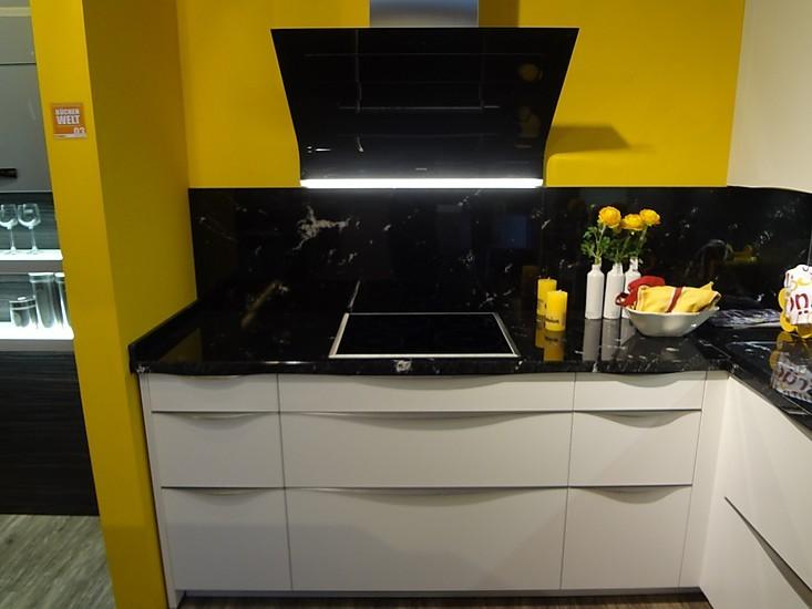 musterk che moderne designk che mit granit arbeitsplatte und glasr ckwand ohne ger te. Black Bedroom Furniture Sets. Home Design Ideas
