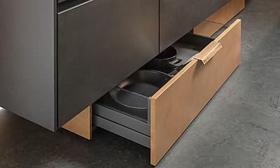 Platzsparende Sockellösung für die Küche