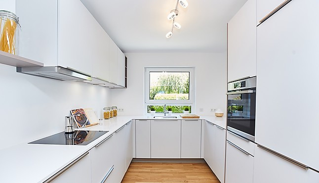 Brigitte-Musterküche Designerküche mit weißer Arbeitsplatte ...