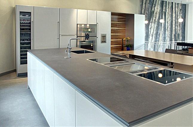 poggenpohl musterk che design grifflose insel und hochschrankzeile mit gaggenau stangengriffen. Black Bedroom Furniture Sets. Home Design Ideas