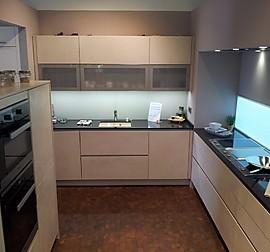 alno musterk che silvabuche dekor mit currygelben elementen ausstellungsk che in scharbeutz. Black Bedroom Furniture Sets. Home Design Ideas