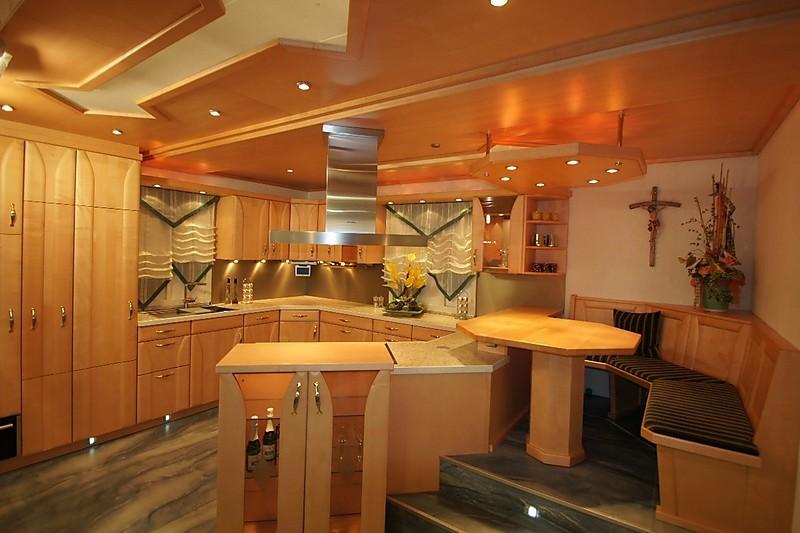 Interessant geschnittene Holzküche, asymmetrisch, mit gemütlicher ...