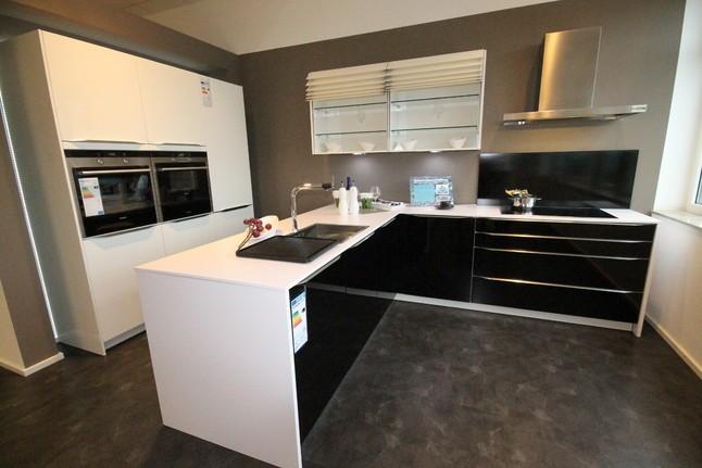 hausmarke musterk che k che hochglanz wei schwarz lackiert h ausstellungsk che in. Black Bedroom Furniture Sets. Home Design Ideas