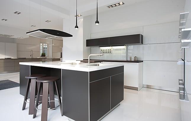 bulthaup musterk che kochinsel in aluminium bronze wandzeilen in hochglanz wei. Black Bedroom Furniture Sets. Home Design Ideas
