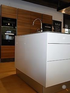 intuo Musterküche Moderne Küche mit Mittelblock