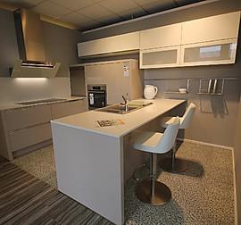 leicht musterk che hochwertige k che mit kochinsel und miele ger ten ausstellungsk che in. Black Bedroom Furniture Sets. Home Design Ideas