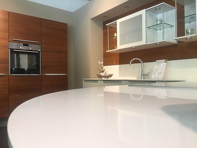 h cker musterk che hochwertige feng shui k che mit hochwertiger silestone arbeitsplatte in weiss. Black Bedroom Furniture Sets. Home Design Ideas