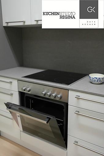 h cker musterk che zeitlose einbauk che mit zwei zeilen ausstellungsk che in von. Black Bedroom Furniture Sets. Home Design Ideas