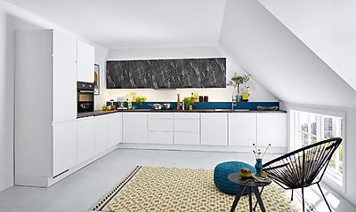 Weiße, moderne L-Küche