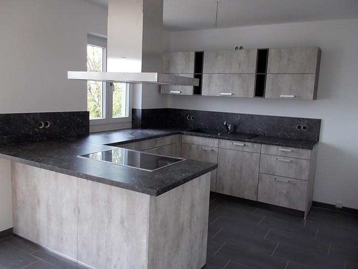 u k che mit thresen in beton. Black Bedroom Furniture Sets. Home Design Ideas