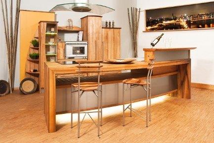 Holzküche mit Kücheninsel und Thekenplatte aus Massivholz