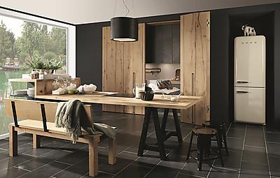 Moderne Küche mit viel Holz