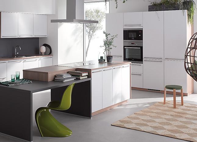 brigitte musterk che moderne einbauk che mit kochinsel oberfl che besteht aus hochwertiger. Black Bedroom Furniture Sets. Home Design Ideas