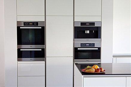 Hochschränke grifflos mit Küchengeräten