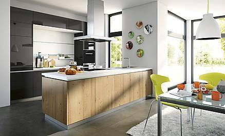 Offene Wohnküche in Schwarz mit Holz