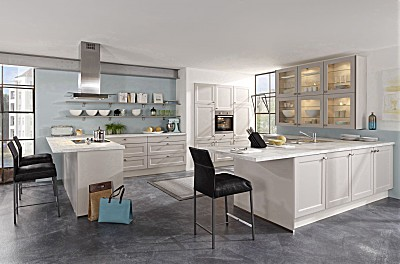 Geräumige Küche mit Rahmenfronten