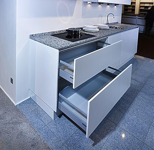 sch ller musterk che zeitlos moderne k che in wei. Black Bedroom Furniture Sets. Home Design Ideas