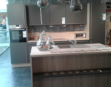 Moderne küche der marke nobilia zeile mit insel laser