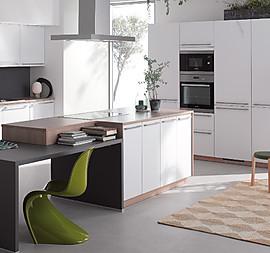 Moderne Einbauküche Mit Kochinsel. Oberfläche Besteht Aus Hochwertiger  Melaminharzbeschichtung. 4 Seitige Dickkante.