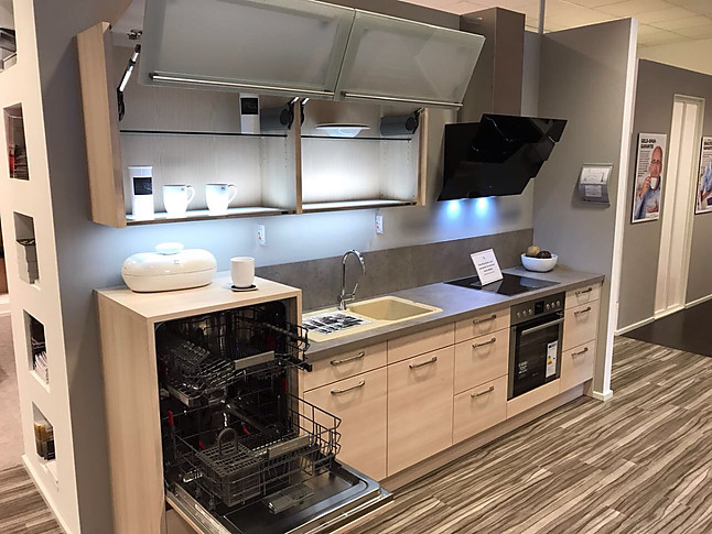 Hausmarke musterkuche gemutliche kuche mit faltlift for Küchen h ngeschrank beleuchtung
