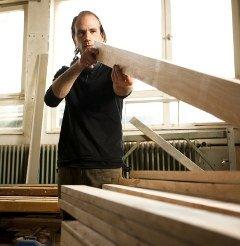 Produktion der Holzküchen: Sorgfältige Materialauswahl ist bei Massivholzküchen besonders wichtig.