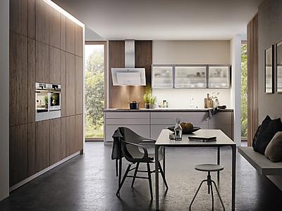 Moderne Küche in Weiß mit Holz kombiniert