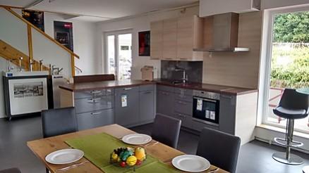 Großzügige Familienküche mit Esstisch in Buchloe