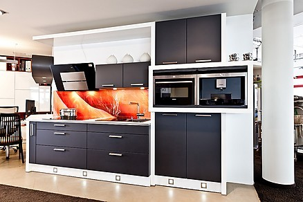 Einbauküche mit schwarzer Front
