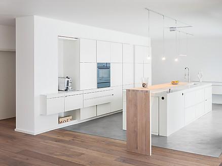 Moderne Küchenlösung aus weißem Corian mit Holzakzent