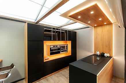 Moderne Küche mit Kochinsel von Erndl
