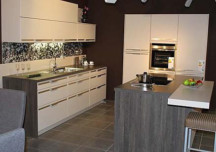 Küche mit Kochinsel und Hochschrank