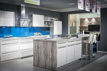 Helle Inselküche mit Theke