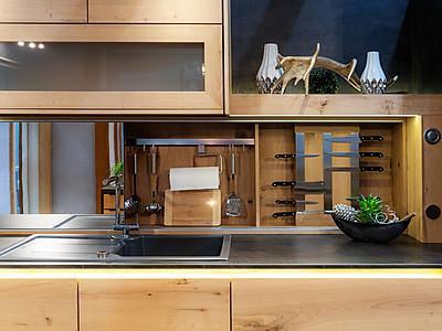 Spülbereich einer modernen Holzküche von Erndl