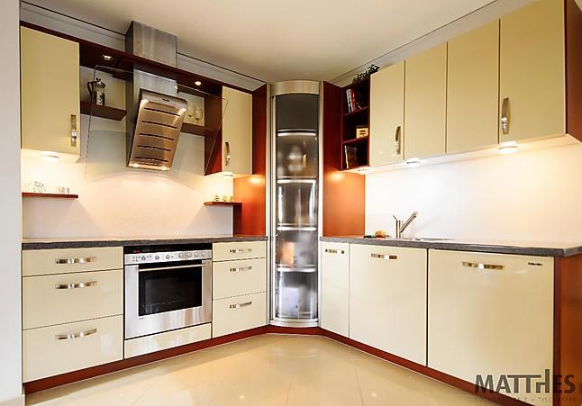 wellmann musterk che moderne lack k che in l form mit hochglanzoptik ausstellungsk che in. Black Bedroom Furniture Sets. Home Design Ideas