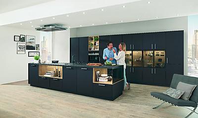 Nobilia Küchen: Dunkles Grafit, feine Aluminium-Rahmen und edles Glas. Foto: Nobilia