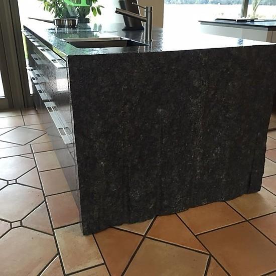 musterk che designerk che k chen insel aus stein unikat mit sp le und kochfeld wegen umbau zu. Black Bedroom Furniture Sets. Home Design Ideas