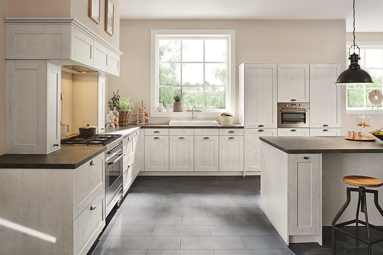 inselküche casa im landhausstil, senkrecht geplankt in grau
