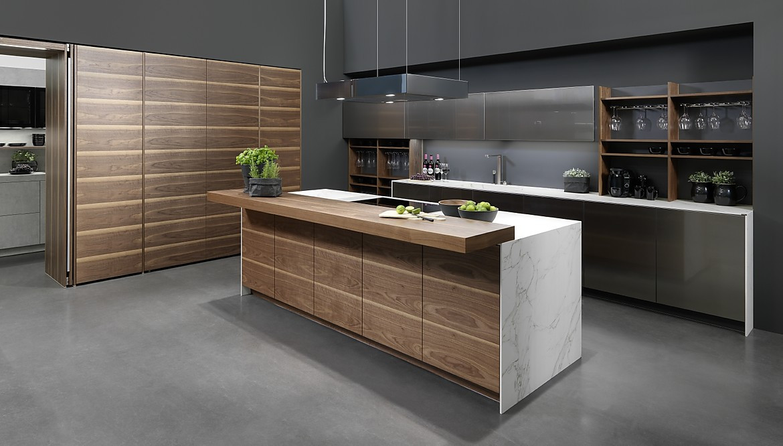 Küchenzeile mit Kochinsel in Holzoptik