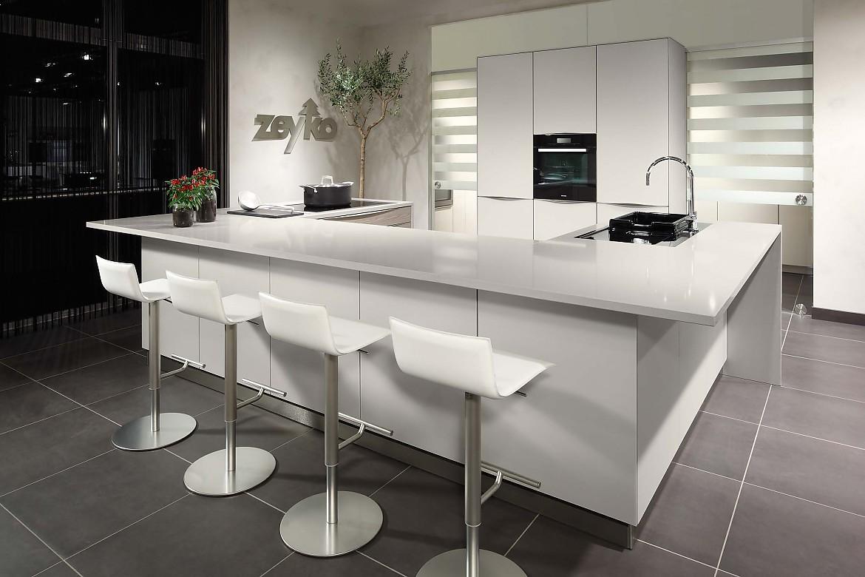 Moderne küche in l form mit glänzenden rahmenfronten und ...